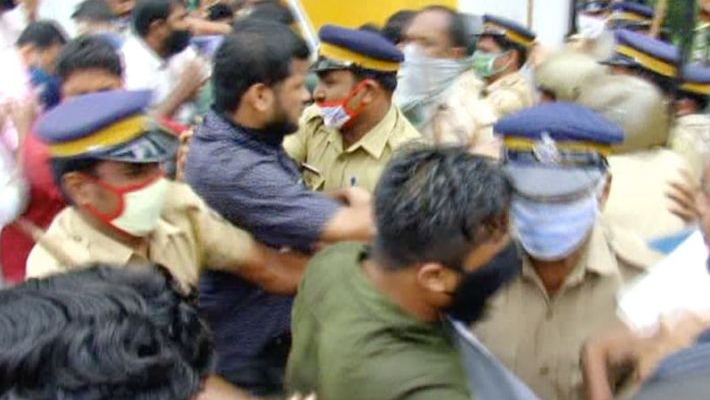Student suicide: blockade protest against mInister in Kerala