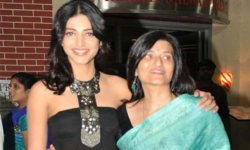 Sarika visits daughter Shruti Haasan on the sets of her upcoming film