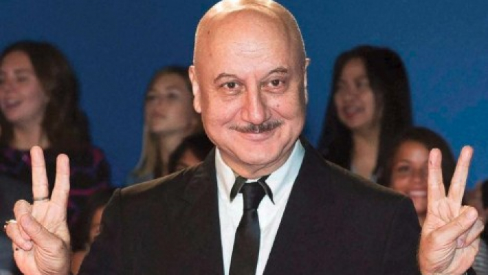 Anupam uses SRK'S 'Main Hoon Na' line in his American show