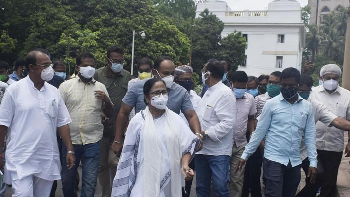 TMC workers protest outside CBI office after arrest of Bengal ministers, MLA in Narada case